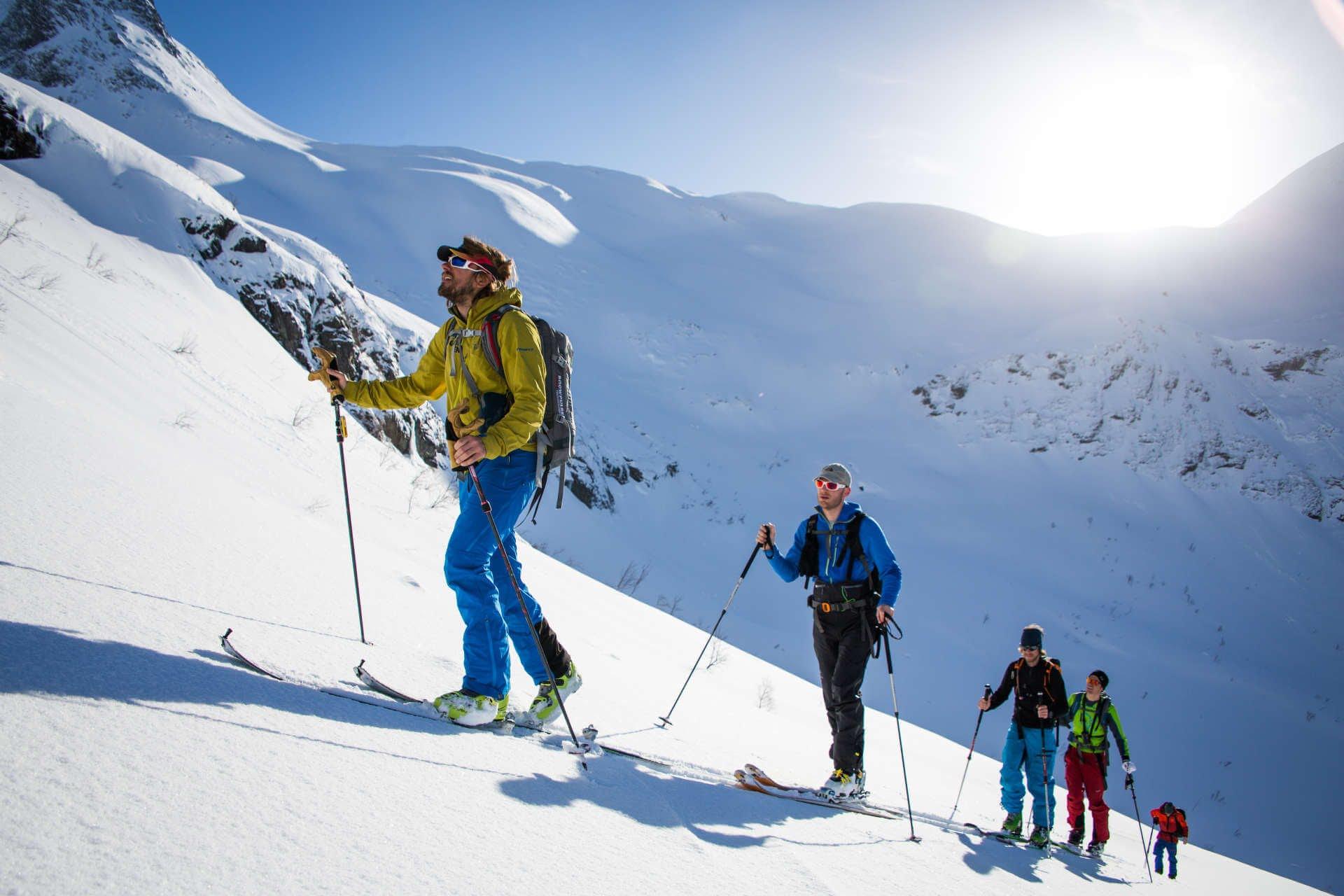 3a68cf7f945 Además de la alta competición, las versiones para populares del esquí de  travesía (Skitouring) o esquí freeride son las otras dos grandes ramas que  nos abre ...